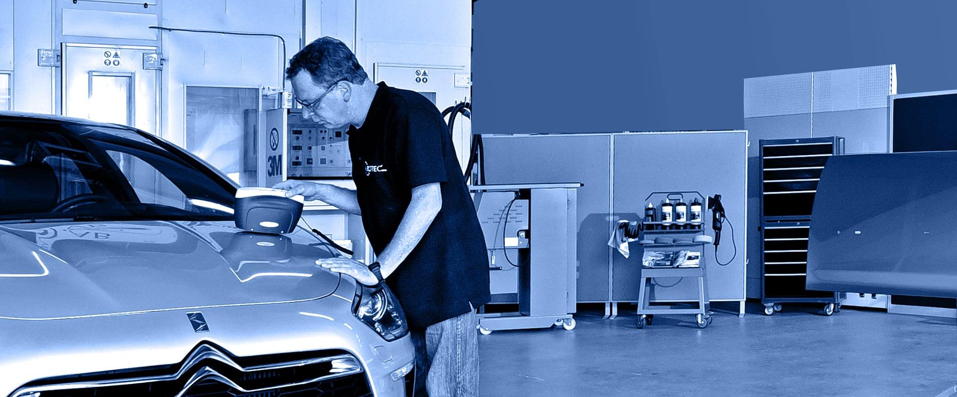 ALROTEC-Mitarbeiter bei der Farbtonfindung